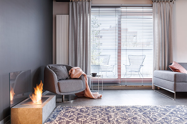 horizontal blinds in a modern living room